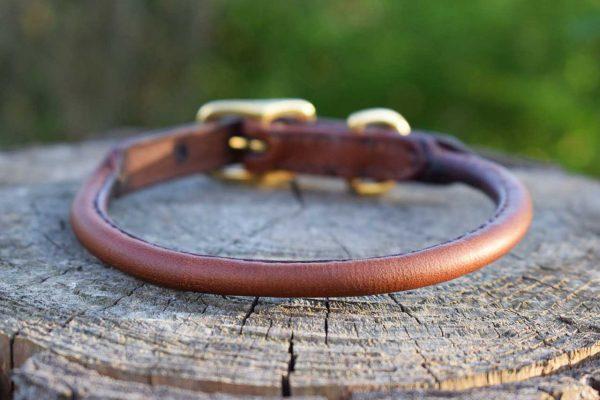 Collare in cuoio tubolare taglia S color castagna con fibbia in ottone adatto a cani di piccola taglia.