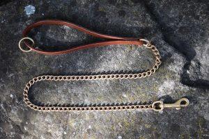 Guinzaglio a catena con maniglia in cuoio adatto a cani di taglia media.