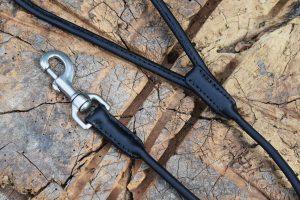 Dettaglio del guinzaglio in cuoio tubolare da 150 cm adatto a cani di media taglia.