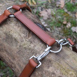 Dettaglio della pettorina ad H in cuoio adatta a cani di taglia large.