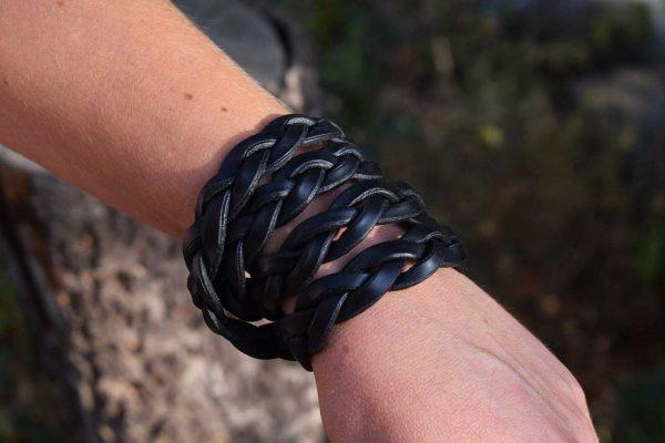 Bracciale in cuoio intrecciato a 4 spire realizzato in cuoio nero.