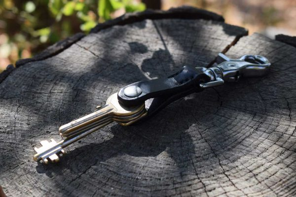 Portachiavi in cuoio con moschettone a forbice in acciaio inox, colore nero.
