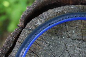 Dettaglio cuoio tubolare blu cucito a mano, collari su misura