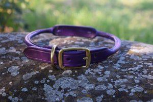 Collare tubolare con targhetta in ottone personalizzata, fatto in cuoio viola con fibbia in ottone.