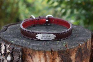 Collare con targhetta foderato taglia M in cuoio borgogna con interno in pelle rosso scuro e targhetta in alluminio con incisione personalizzata.